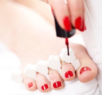 malowanie paznokci w stylu pedicure hybrydowego