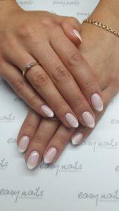 manicure hybrydowy na paznokciach
